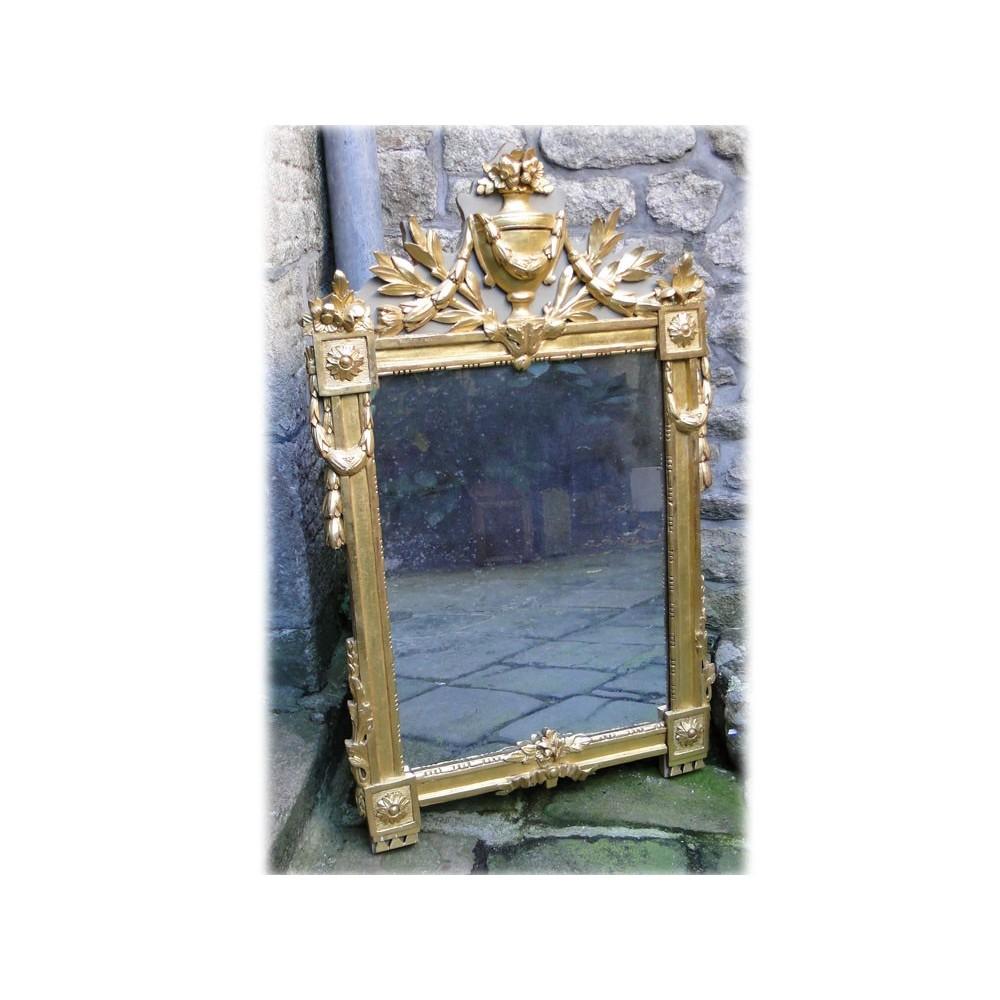 Miroir en bois sculpt dor d cor de guirlandes de for Miroir de peine
