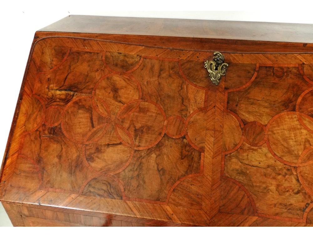Bureau de pente marqueterie noyer bois de rose bronze hache xviiiè