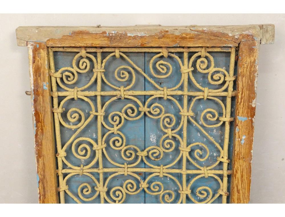 Fen tre marocaine grille fer forg bois peint maroc for Bois de fenetre