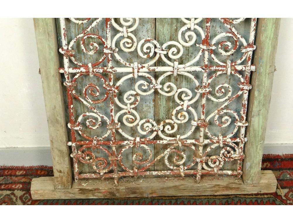 Fen tre marocaine grille fer forg bois peint maroc for Deco fer forge mural