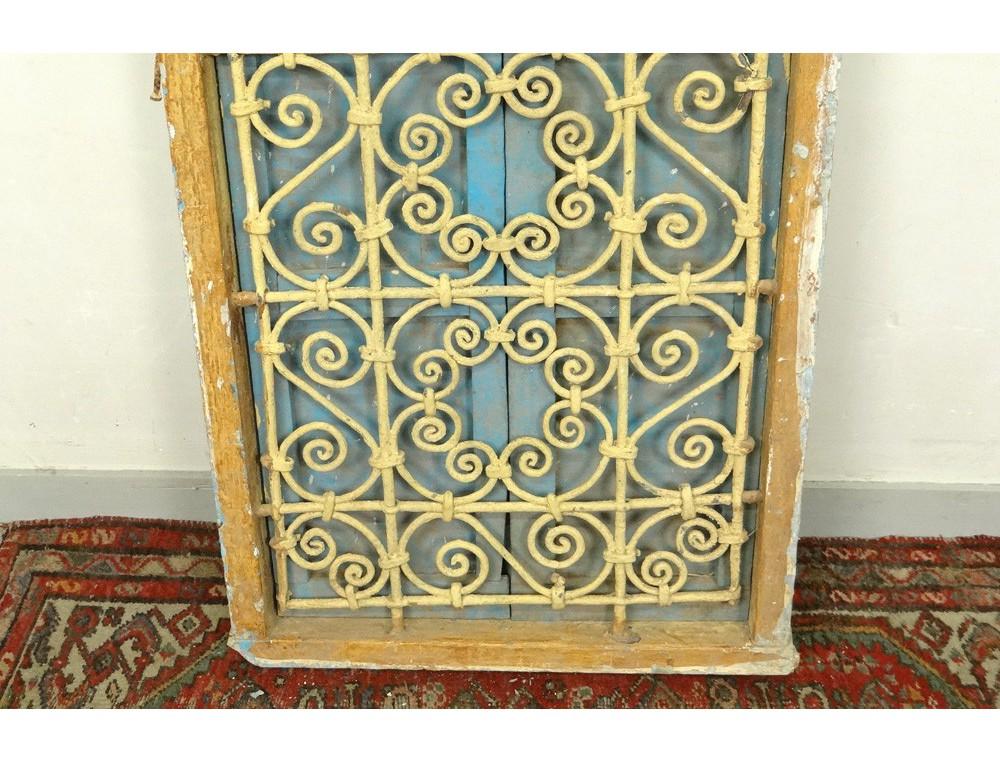 Fen tre marocaine grille fer forg bois peint maroc - Model de grille pour fenetre ...