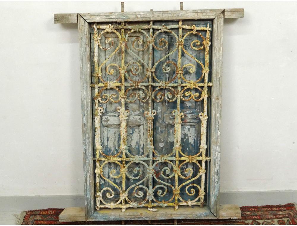 Fen tre marocaine grille fer forg bois peint maroc for Deco fer forge maison