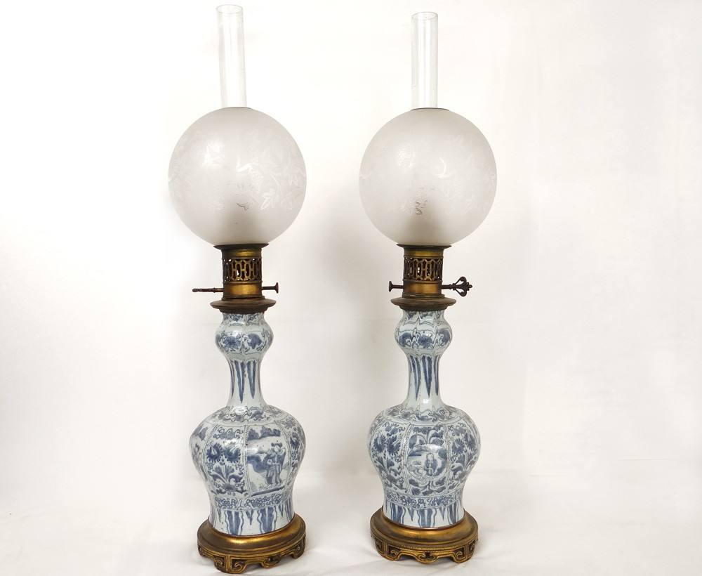 paire lampes p trole porcelaine delft personnages fleurs bronze xix me ebay. Black Bedroom Furniture Sets. Home Design Ideas
