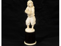 Sculpture about ivory J.du Pont Rosset Young boy rats eighteenth century