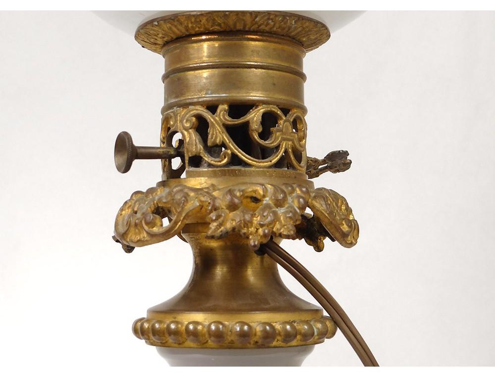 Lampe p trole opaline blanche baccarat dorure bronze for Lampe suspension blanche