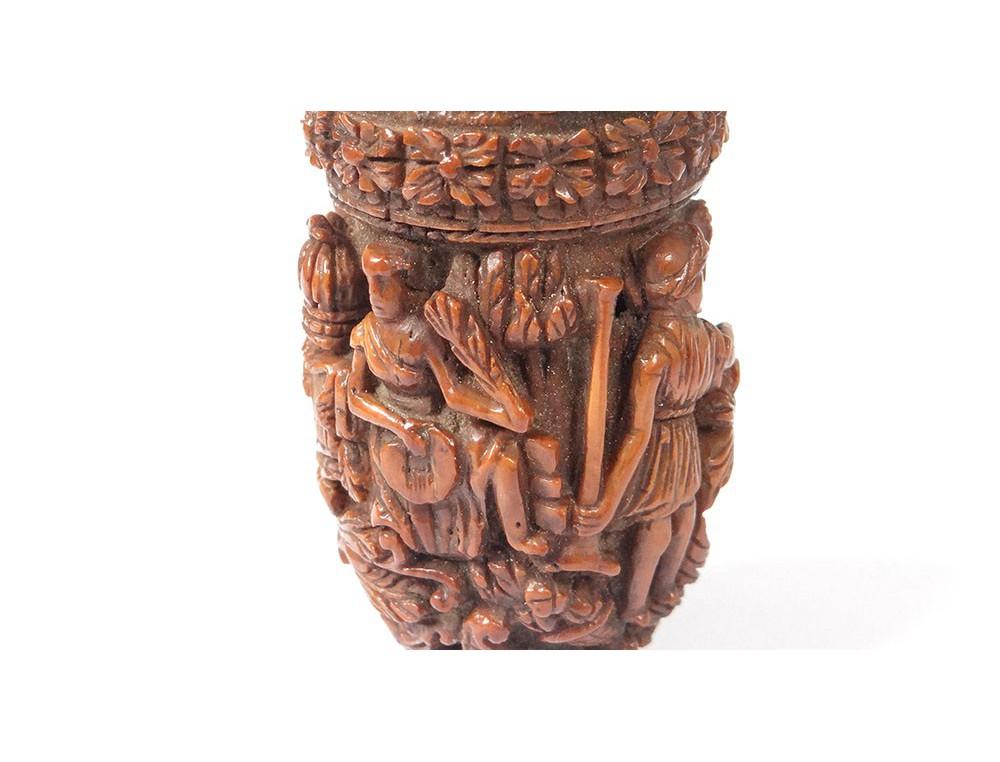 Tabatière corozo sculpté personnages musiciens travail