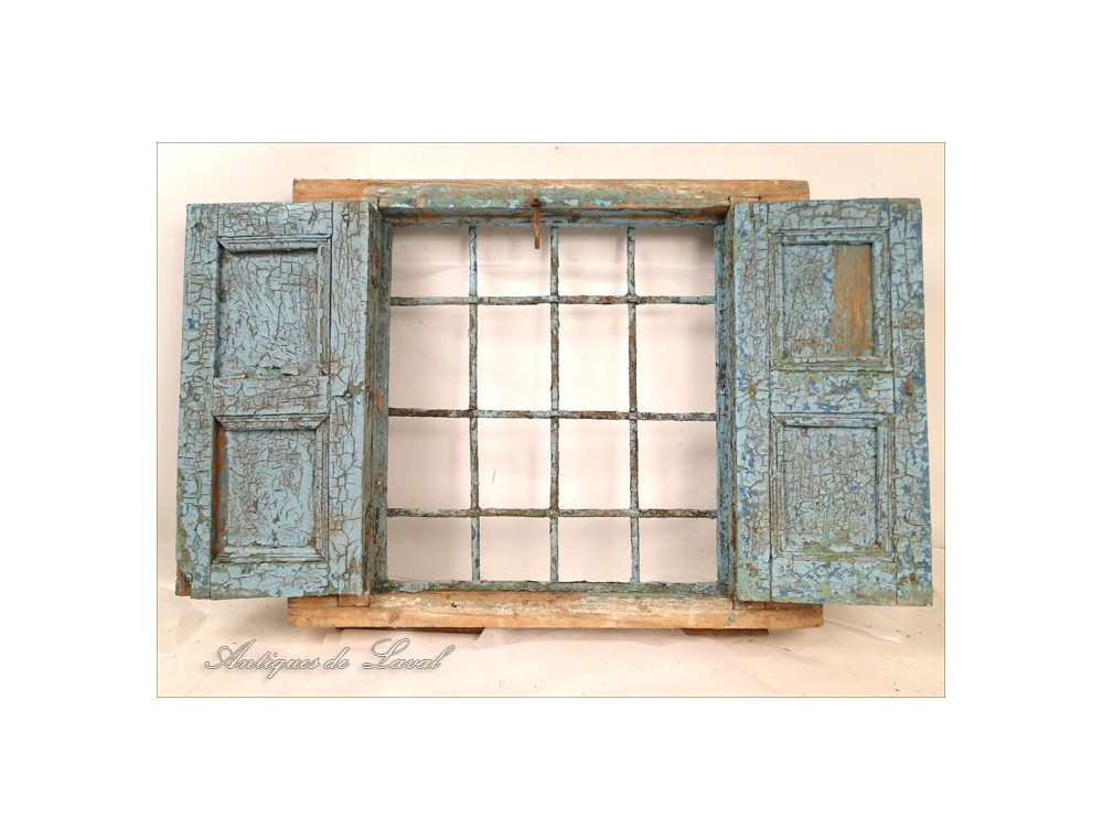 Moroccan window painted wooden shutters and wrought iron for Fenetre fixe bois